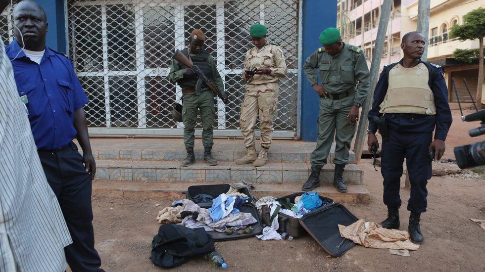 Tropas de mali toman posiciones en las afueras del hotel de Bamako
