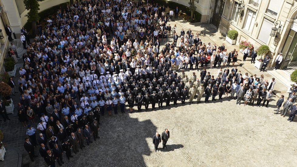 El Estado Islámico se atribuye el ataque a una iglesia de Normandía.El presidente Fraçois Hollande (derecha) y el ministro de Interior francés, Bernard Cazaneuve (izquierda) en el minuto de silencio celebrado en París por las vícitmas de Niza