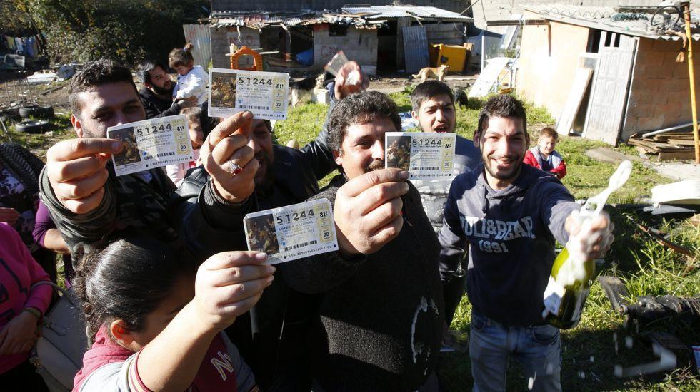 Vecinos de Postemirón (Vilaboa) con sus décimos premiados con el gordo en el 2017