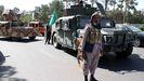 Oficiales de seguridad afganos y milicias privadas leales a Ismail Khan tras retomar el control de parte de la ciudad de Herat después de una intensa batalla con talibanes.