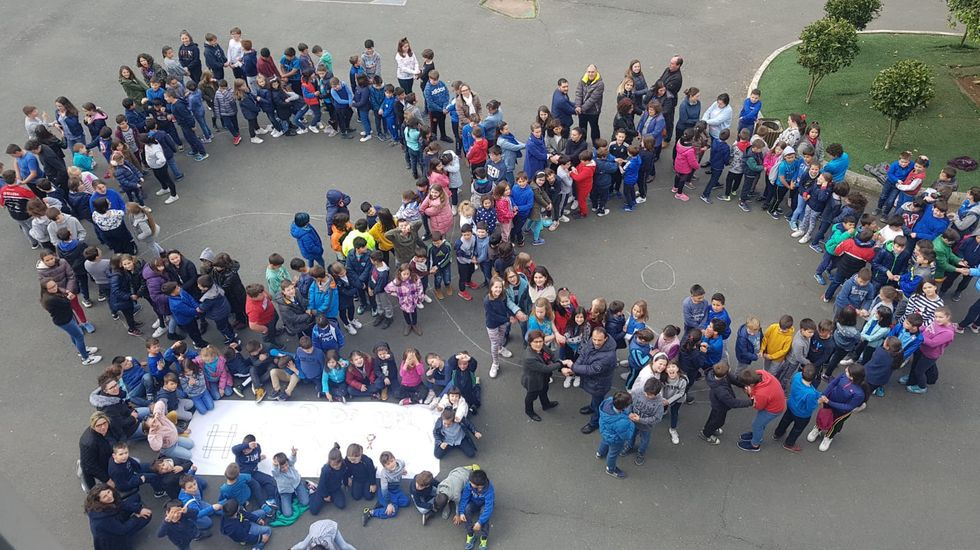Imagen de archivo de la celebración del Día del Autismo (en abril) en un colegio de Silleda. El lazo azul es el signo distintivo de las agrupaciones sobre el autismo