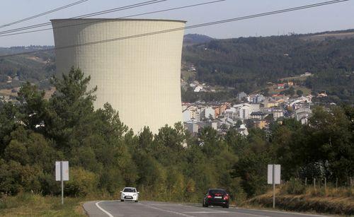 Torre de refrigeración de la central térmica de carbón de Endesa en As Pontes, cuyo futuro está en el aire