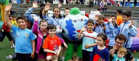 Un grupo de niños con la mascota de Voz Natura en la fiesta del año pasado.