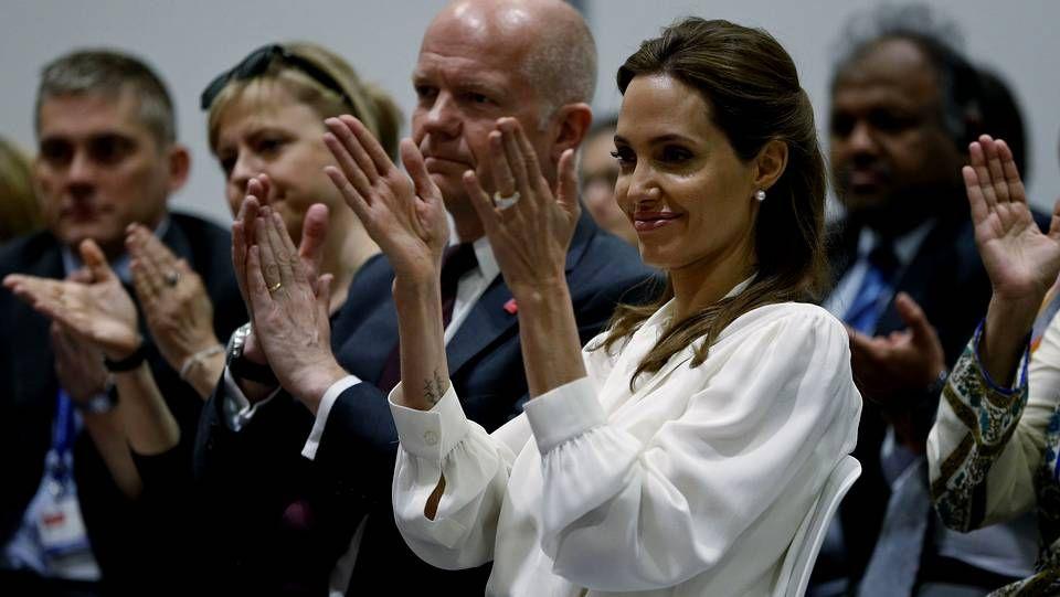 Angelina Jolie apoya a las víctimas de violencia sexual .Los tres acusados, Peter Greste, Mohamed Fahmy y Baher Mahmoud, de derecha a izquierda