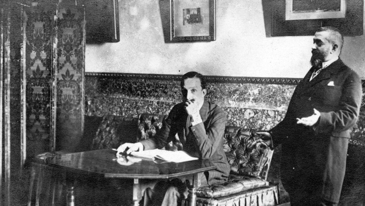 O músico Eduardo Méndez Baamonde, na súa homenaxe ao 25 de abril.Una imagen de Alejandro Pérez Lugín, autor de La Casa de la Troya, con el rey Alfonso XIII