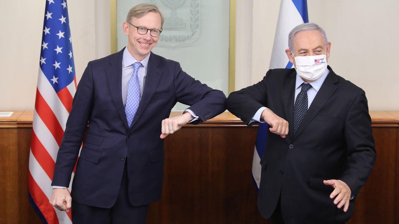 Imágenes de la pandemia en el mundo.Brian Hook, representante de Estados Unidos para Oriente Medio, saluda a Benjamin Netanyahu, este martes, en la oficina del primer ministro israelí en Jerusalén