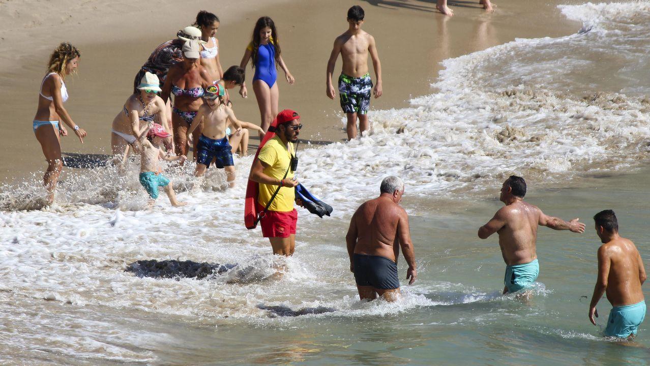 Ambiente en las playas coruñesas, a pesar de la bandera roja.PINTADAS EN LA CIUDAD VIEJA ENTORNO A LA COLEXIATA DE SANTA MARIA DO CAMPO