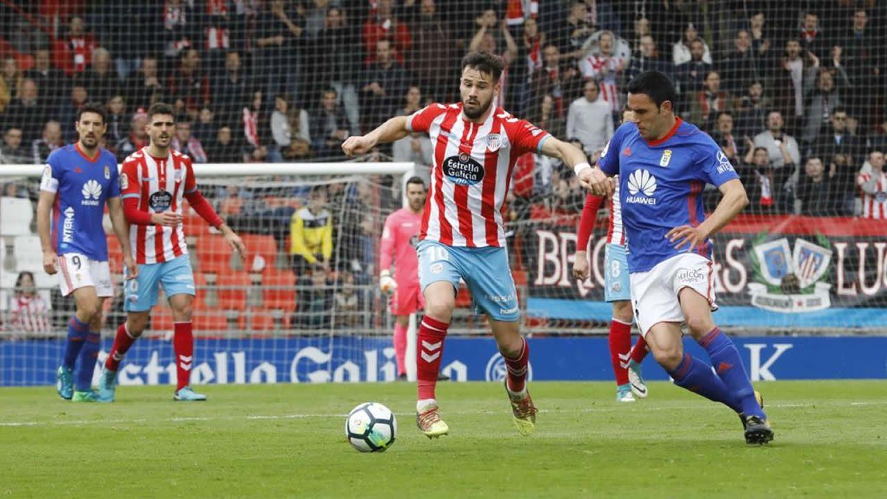 Las mejores imágenes del Lugo - Oviedo.Los jugadores del Real Oviedo celebran la victoria en Lugo