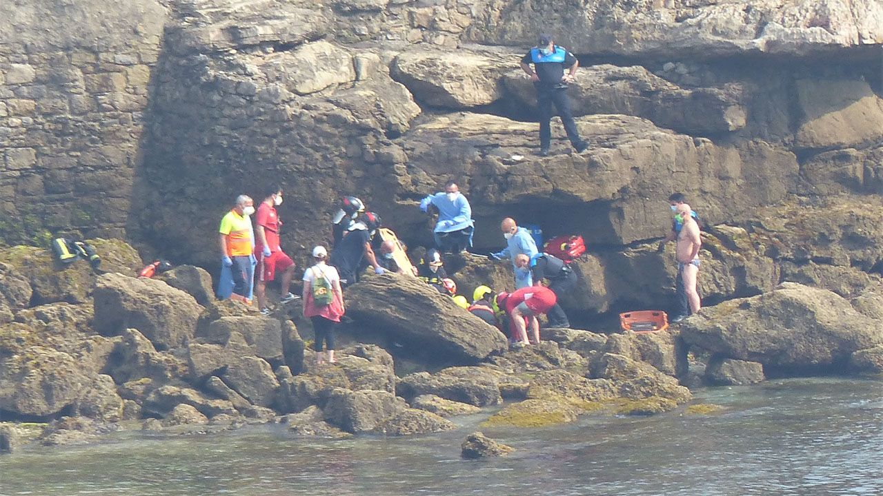 Una mujer cae a las rocas en la escalera 1 de la playa de San Lorenzo.Un momento de la rueda de prensa de Podemos y la FAV