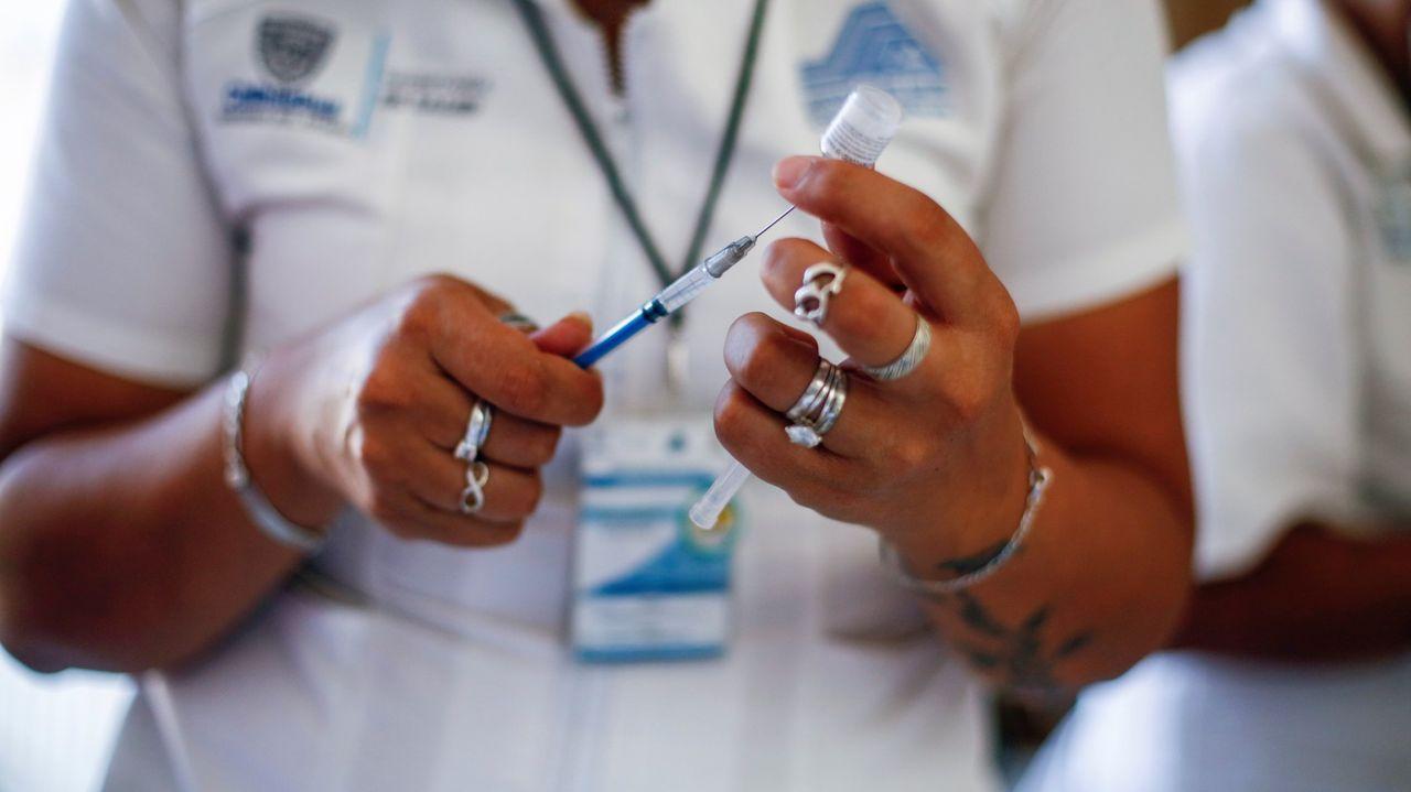 Viales de AstraZeneca para la administración de segundas dosis a mayores de 60 en Vilagarcía.Asistentes a un concierto en Valencia la pasada semana