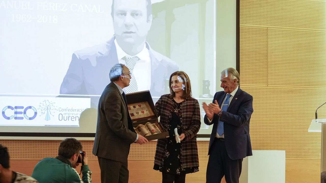 Escotet pide al futuro presidente del Deportivo prudencia financiera.El presidente de Aegama, Julio Lage, entrega el premio al de Abanca, Juan Carlos Escotet.