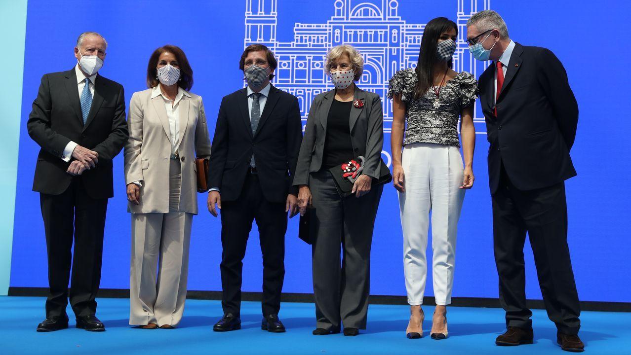 El alcalde de Madrid, José Luis Martínez Almeida, junto a Manuela Carmena y otros premiados por el Ayuntamiento