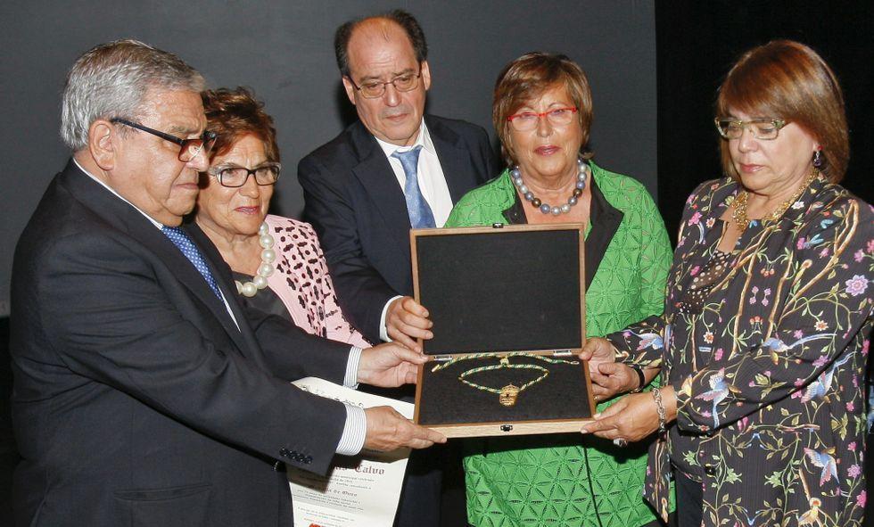 La segunda generación de la familia Calvo recibió la medalla de oro de Carballo.