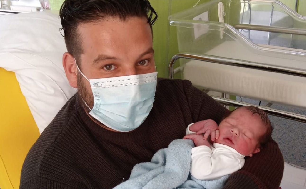 Alberto Pérez, con el pequeño Alberto en brazos