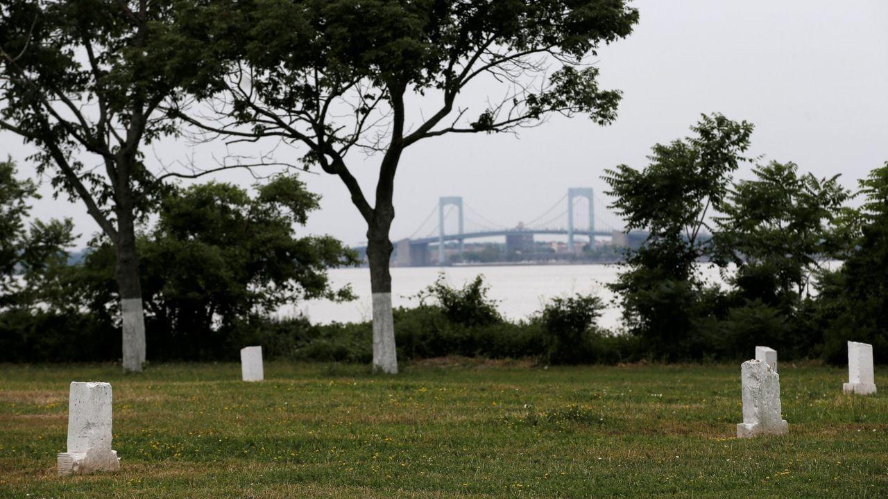 La isla de Hart, antiguo cementerio para personas sin recurso o anónimas, es uno de los enclaves que baraja el Ayuntamiento para los entierros temporales