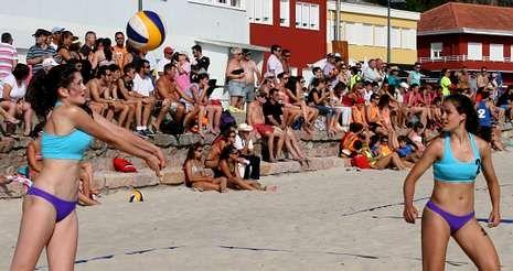 Los aficionados que se acercaron hasta la playa dumbriesa propiciaron un ambiente perfecto para el campeonato.