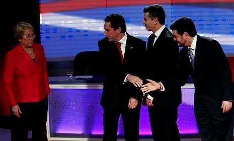 Los otros candidatos a las primarias reciben a Bachelet en un debate televisado.