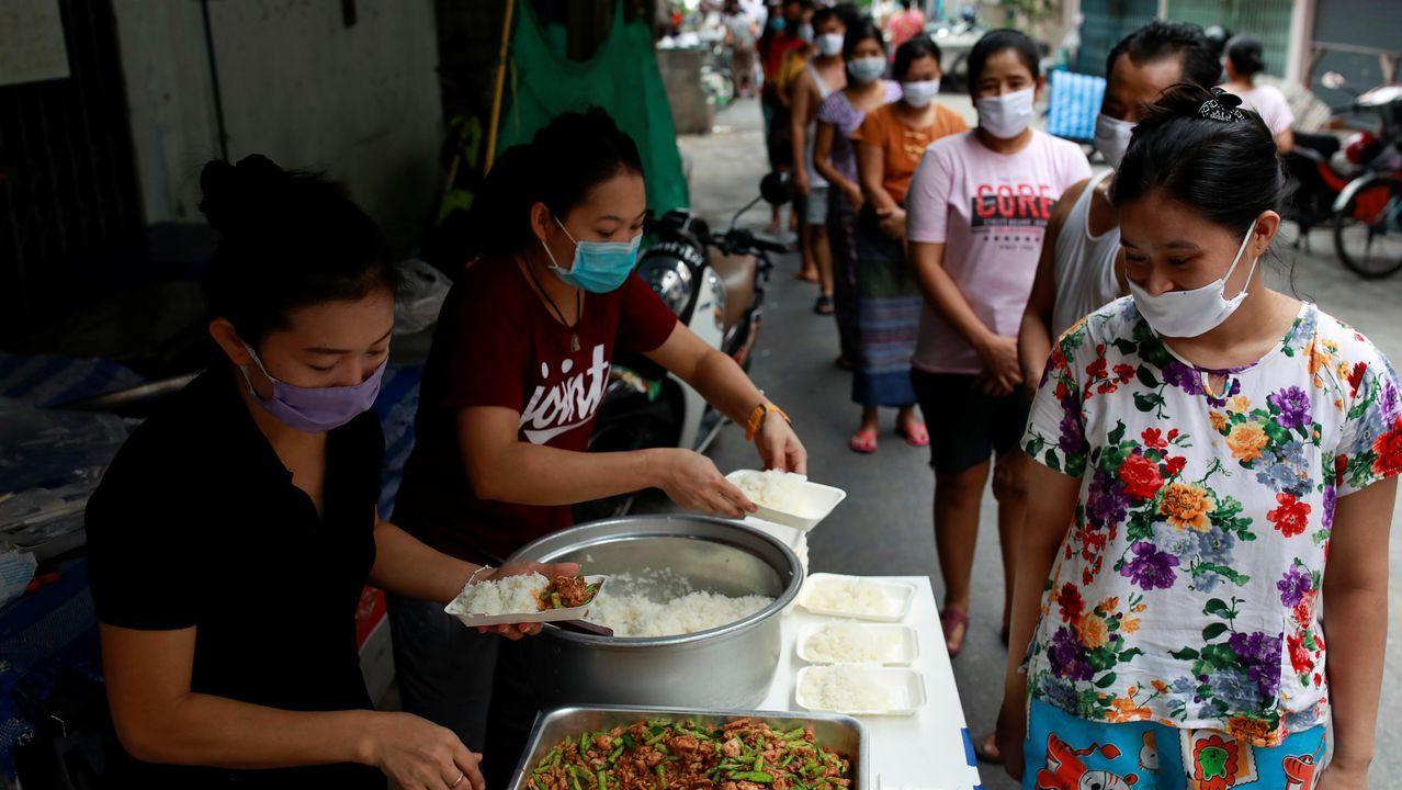En Bangkok, migrantes de Myanmar que perdieron sus empleos reciben comida