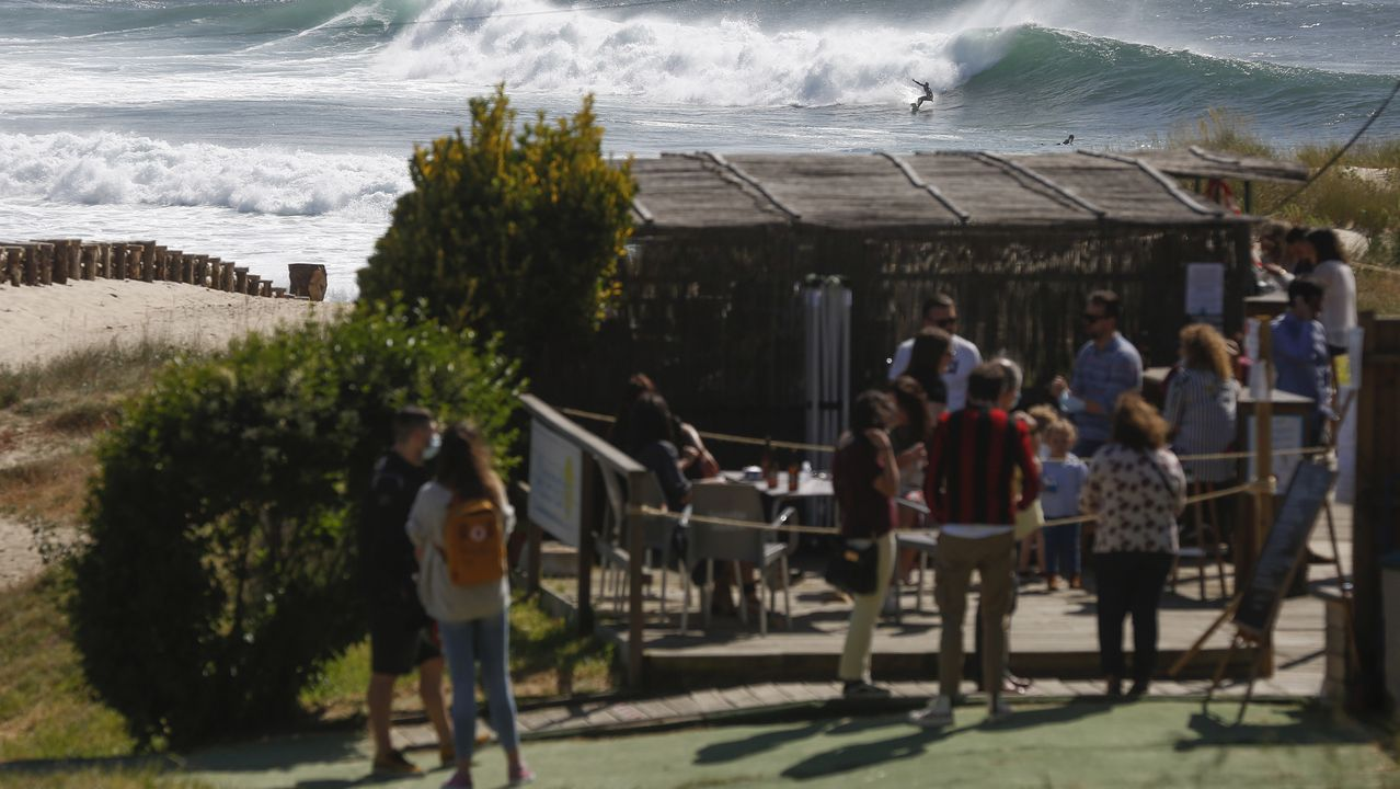 Tarde de sábado en los paseos de las playas de A Frouxeira, Doniños, Ares y el Raso.Una mujer se baña en la mañana de hoy lunes en la playa de San Lorenzo de Gijón.