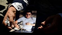 Luis Carlos Díaz, periodista de origen español, fue detenido horas después de que el número dos de Maduro, Diosdado Cabello, lo acusase del apagón eléctrico en Venezuela. En la imagen, su esposa, Naky Soto, sostiene una foto del locutor radiofónico
