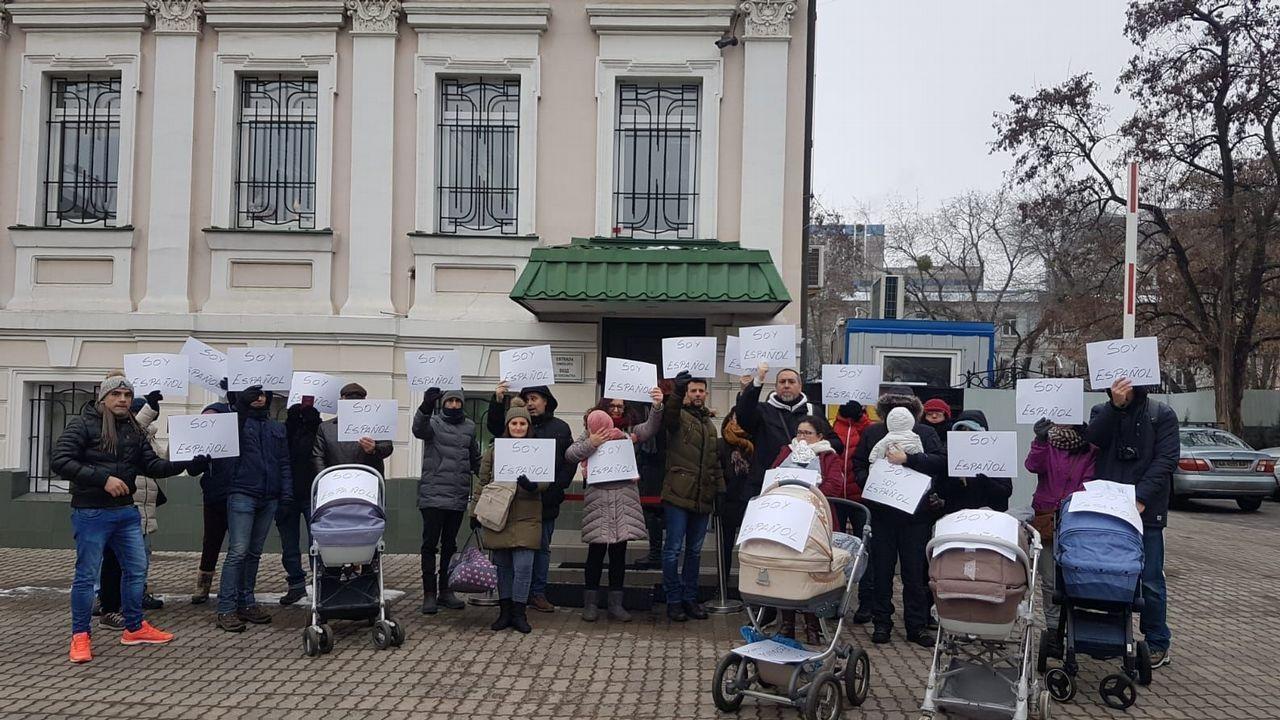 Concentraciones del 8M .Padres afectados demandan una solución en el consulado de Kiev
