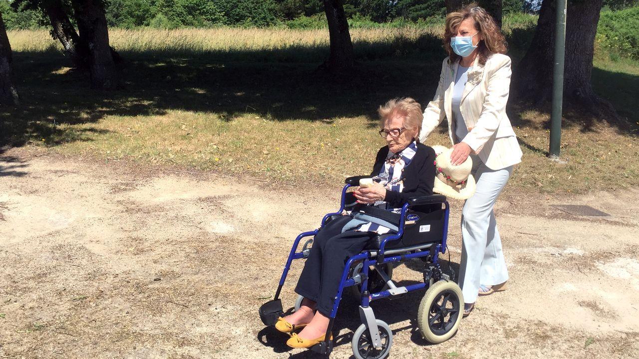 Cuidados de mayores.Primeros paseos de Carmen Varela con su madre en el entorno de la residencia de mayores Albertia