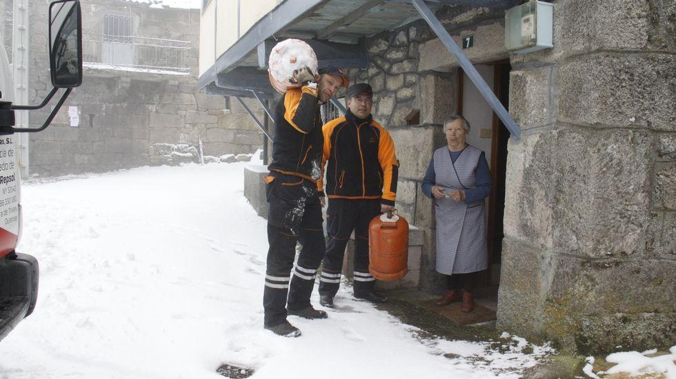 Butaneros de Trives abren las pistas llenas de nieve para hacer el reparto
