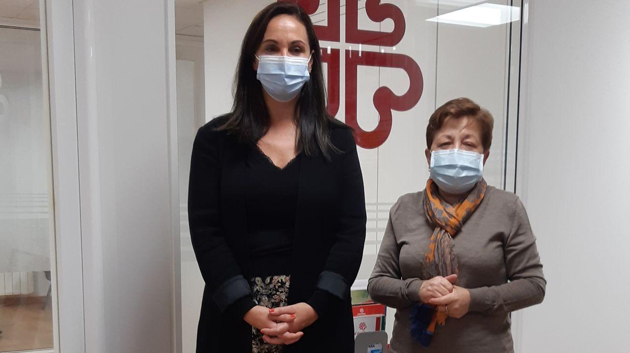 La pandemia reactiva el fantasma de los nuevos pobres.La directora comercial de CaixaBank en Galicia, Marta Albela, y la de Cáritas A Coruña, Pilar Farjas.
