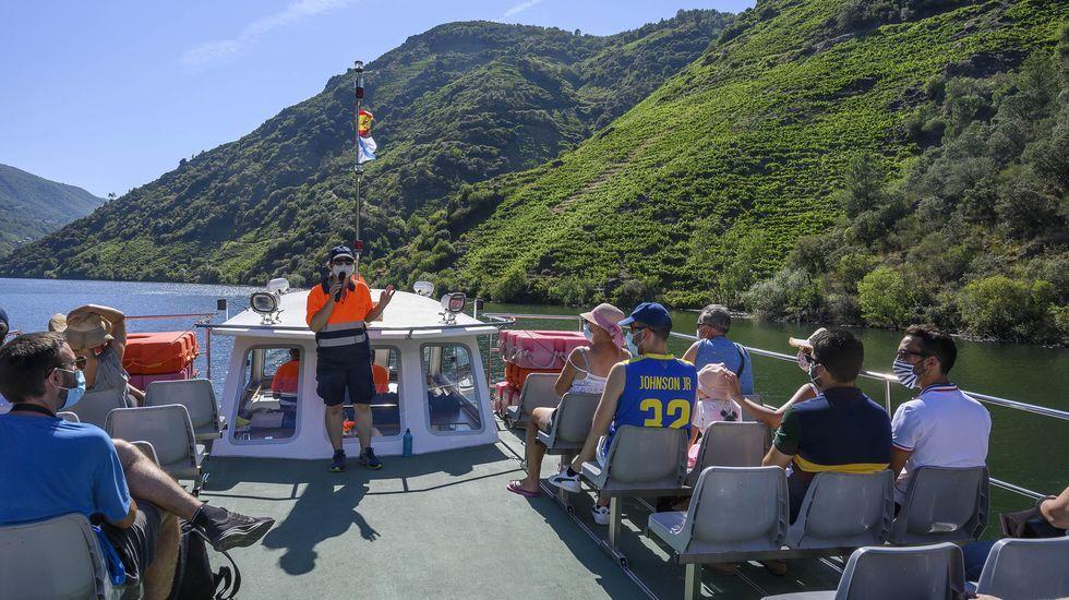 Personal y viajeros con mascarilla en el catamarán del cañón del Sil