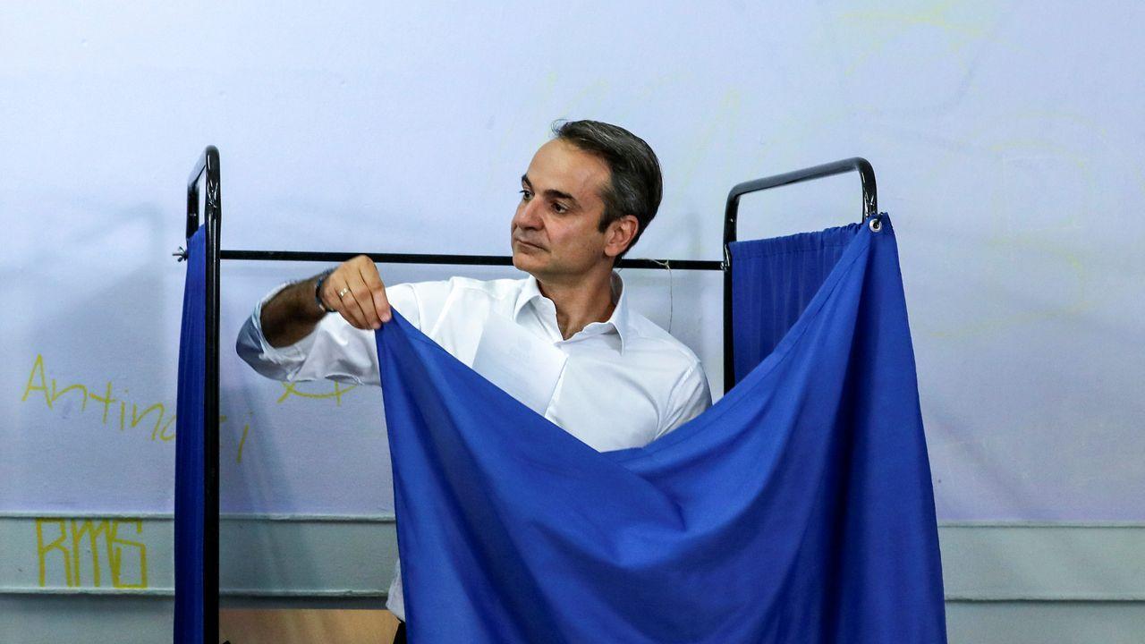 Kyriakos Mitsotakis celebró el triunfo en la entrada de la sede de su partido