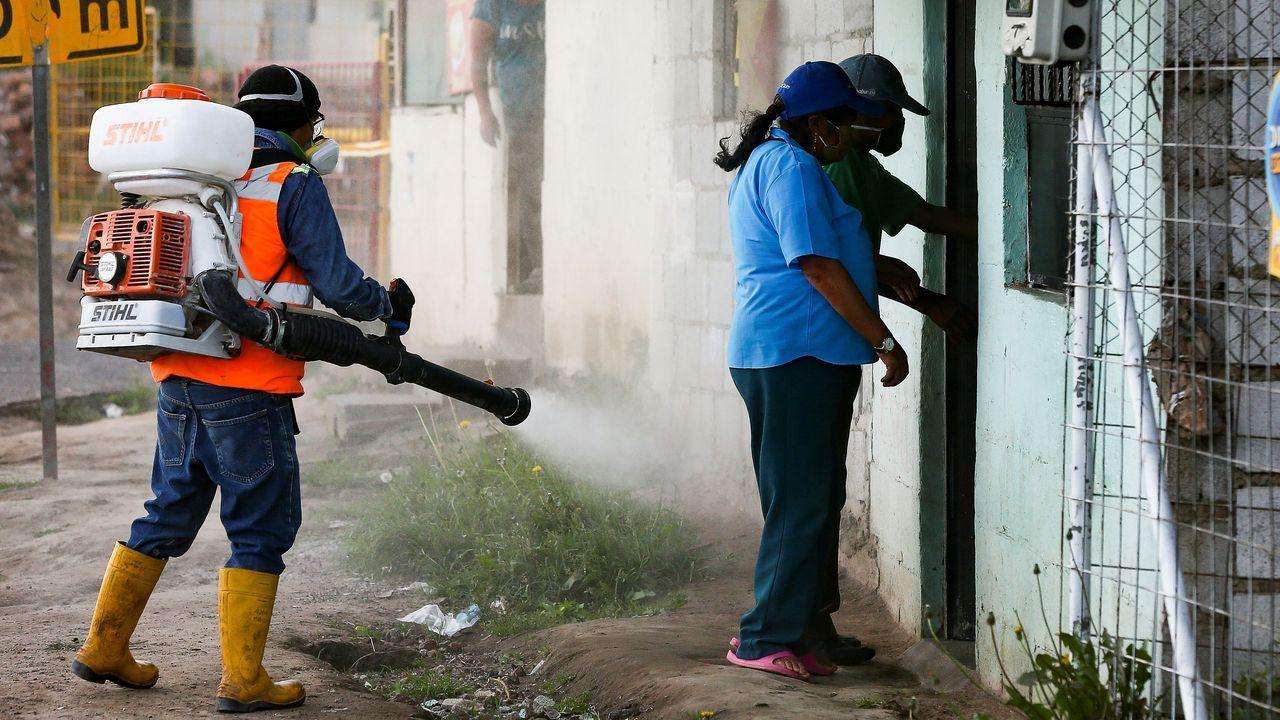 Personal sanitario del municipio de Quito desinfecta las casas de vecinos cercanos a una anciana de 91 años que falleció por covid-19