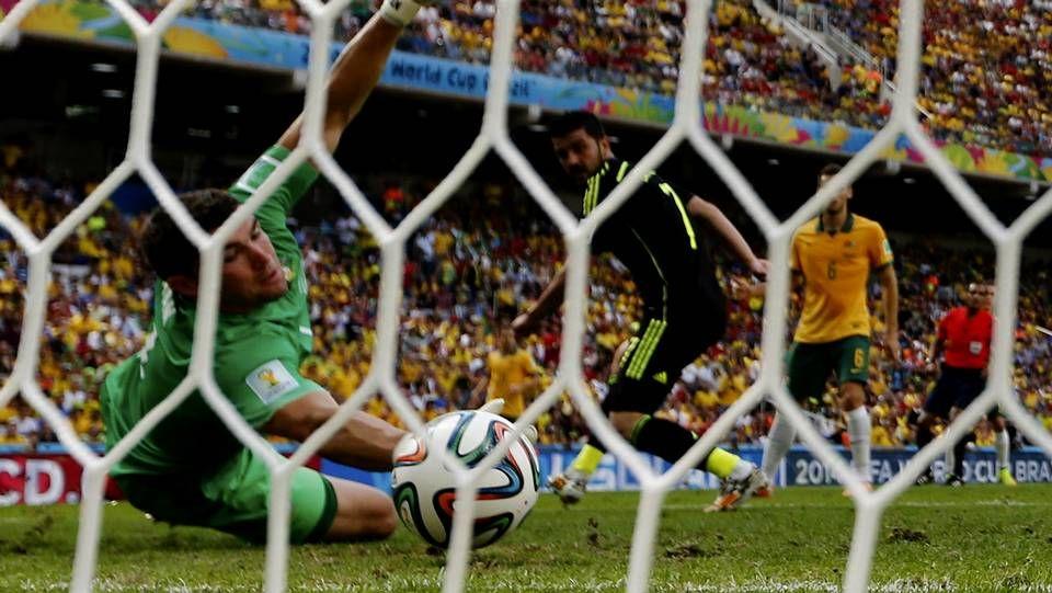 El gol y la sustitución de Villa.Cesc intenta salvar la entrada de un rival durante el encuentro frente al Burnley.