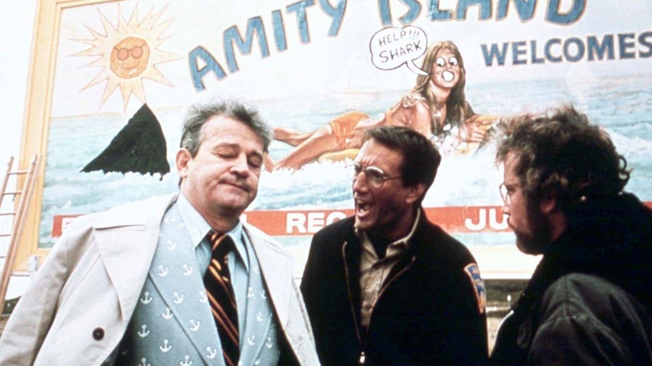 Escena de «Tiburón». A la izquierda, el personaje de Larry Vaughn, que se negó a cerrar las playas pese a la presencia del gigantesco escualo