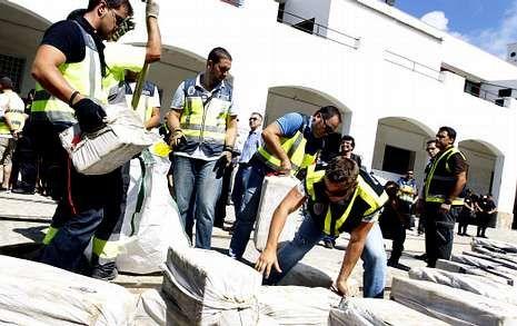 Agentes de policía descargan en Cádiz el alijo con el que se relaciona al sargento Otero.