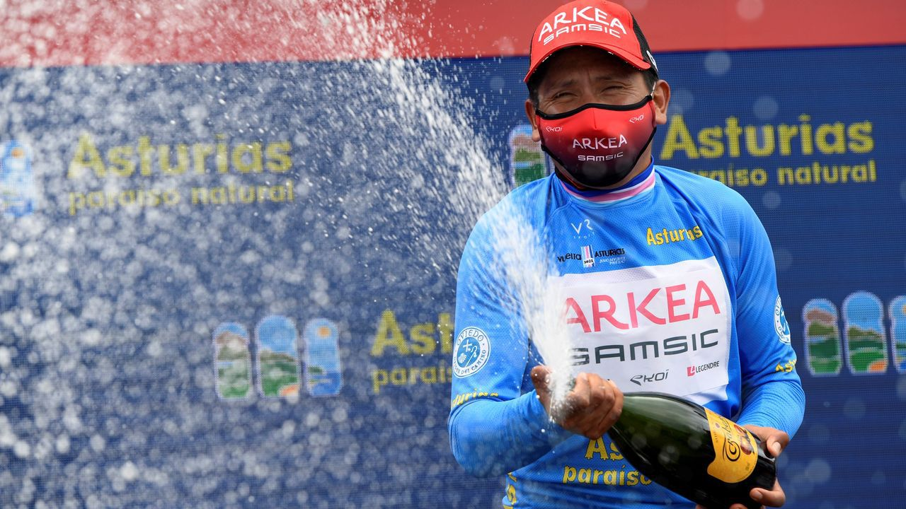 El ciclista colombiano del equipo Arkea, Nairo Quintana, celebra en el podio la victoria conseguida en la Vuelta Ciclista a Astutias
