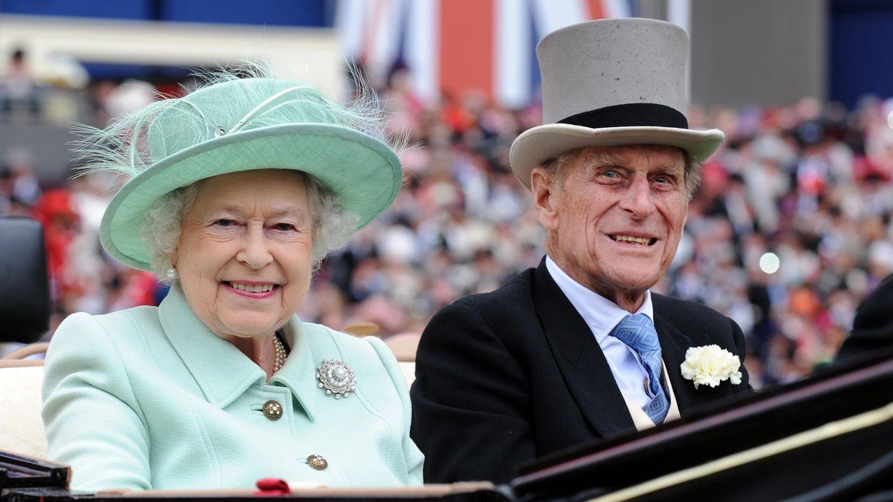 La reina Isabel II y su esposo, el príncipe Felipe, llegando para asistir al Día de las Damas en la carrera Royal Ascot, el 21 de junio del 2012