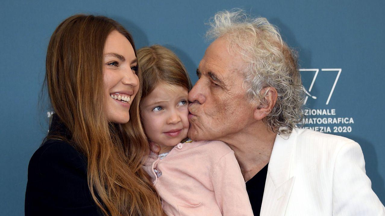 Ferrara posa en Venecia con su mujer, la actriz moldava Cristina Chiriac, y su hija Anna, durante la presentación del filme «Sportin' Life»
