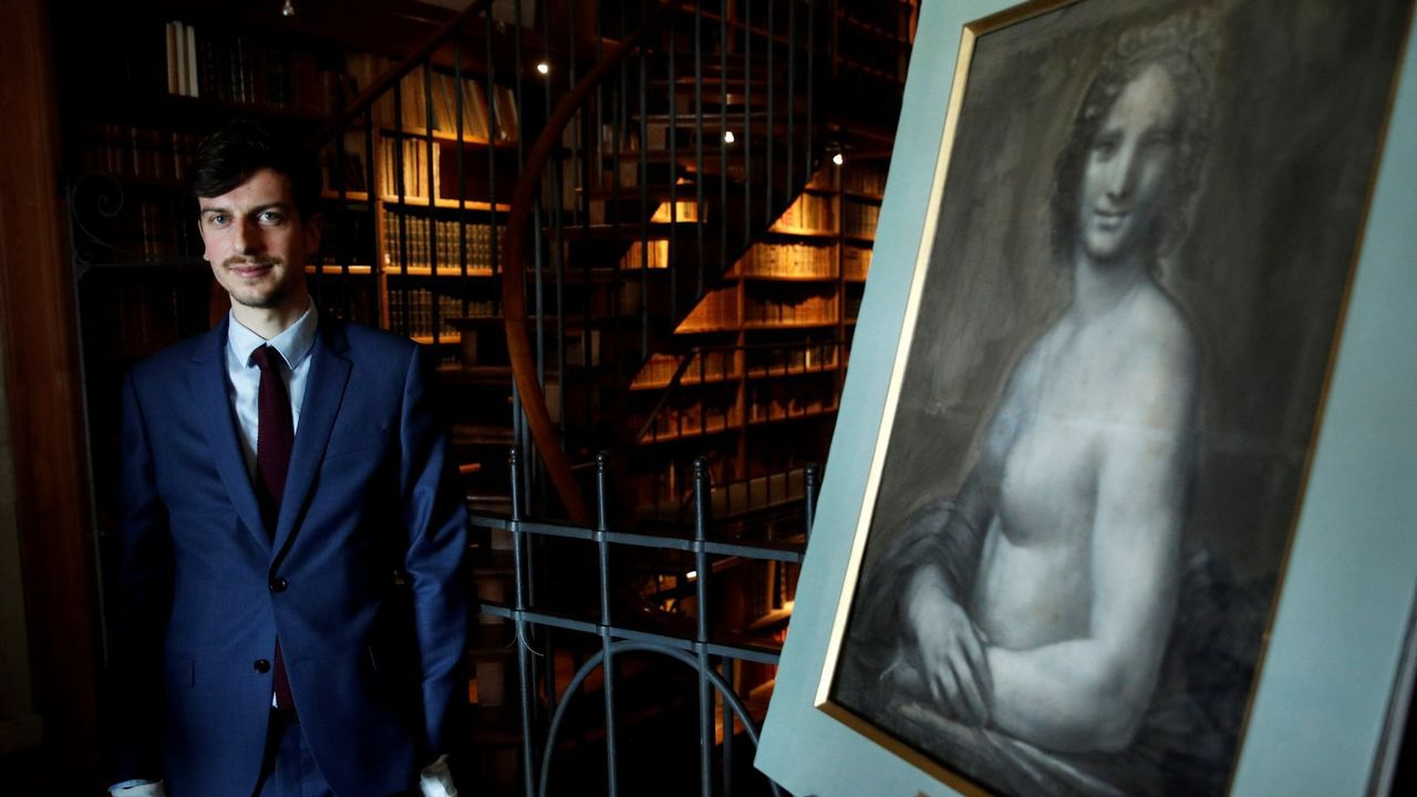 El conservador del museo, Mathieu Deldicque, junto a la «Gioconda desnuda»