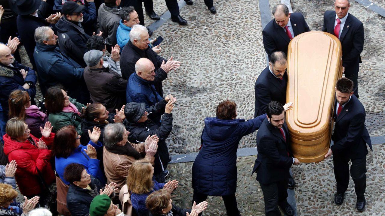 legada del féretro al Ayuntamiento de Gijón, donde se ha trasladado la capilla ardiente instalada desde ayer en la Junta General, con los restos mortales del expresidente del Principado, exalcalde de Gijón y senador Vicente Álvarez Areces.