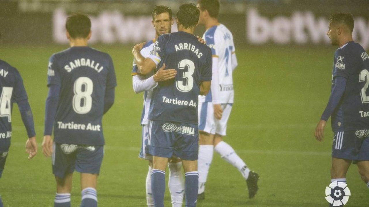 Arribas saluda a Rubén Pérez tras el Leganés-Oviedo