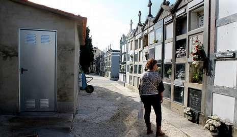 Mari Carmen Martínez visita el nicho donde está enterrado un familiar, cerca de la entrada de los nuevos aseos.
