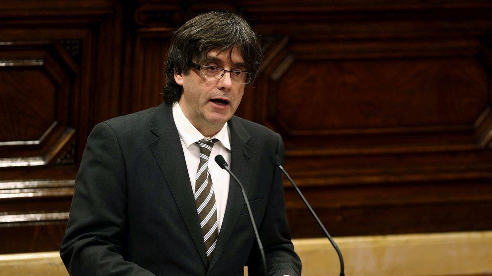 En su discurso en el debate de investidura, Puigdemont ha pedido que se deje a un lado «el orgullo» para asumir «la dignidad», con el fin de culminar el proceso soberanista sin «cobardías», pero tampoco con «temeridades», siguiendo la estela de su predecesor, Artur Mas