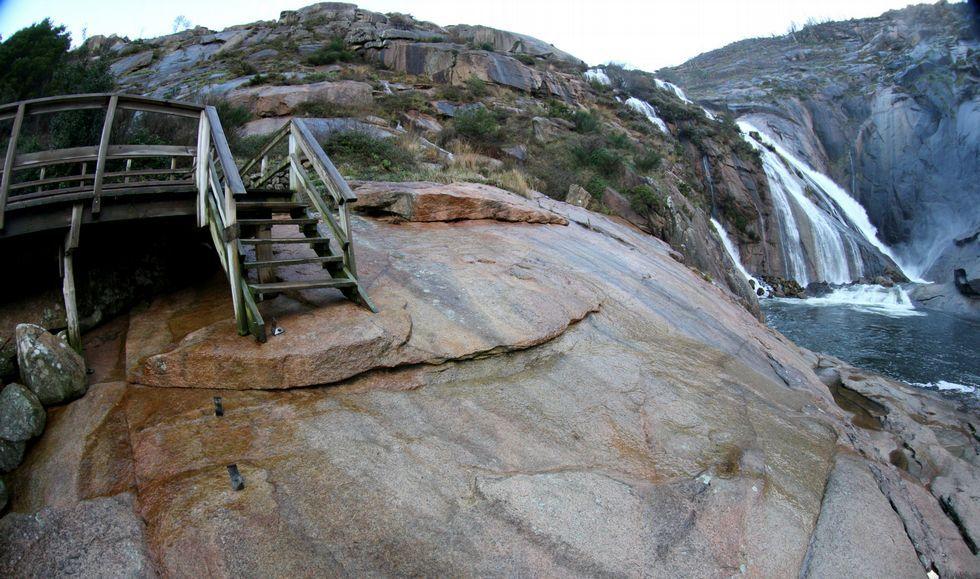 En la parte final de la pasarela, falta el pequeño mirador que había y también unas escaleras.