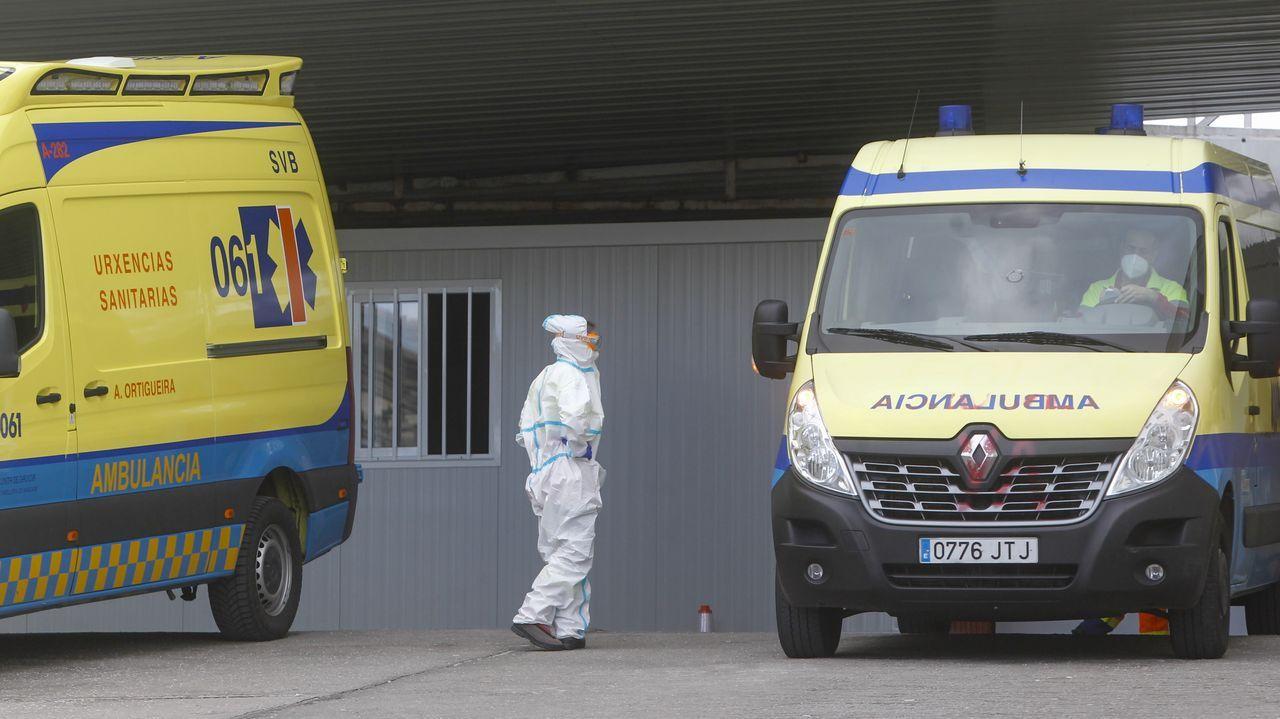 Un sanitario del CHUF con un traje de protección en el acceso al hospital.
