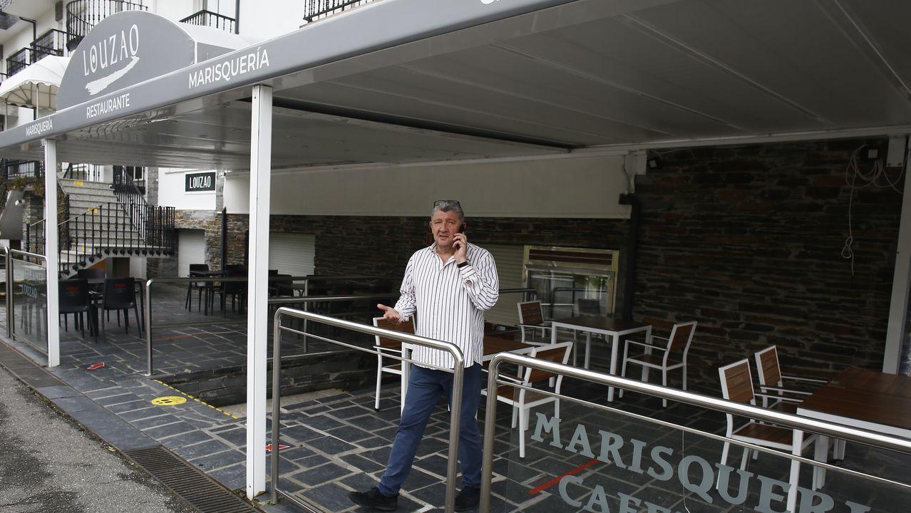 Suso Louzao en una de las terrazas de su restaurante de Area, que desde este lunes a mediodía ofrece más terrazas y jardines, además de comida para llevar