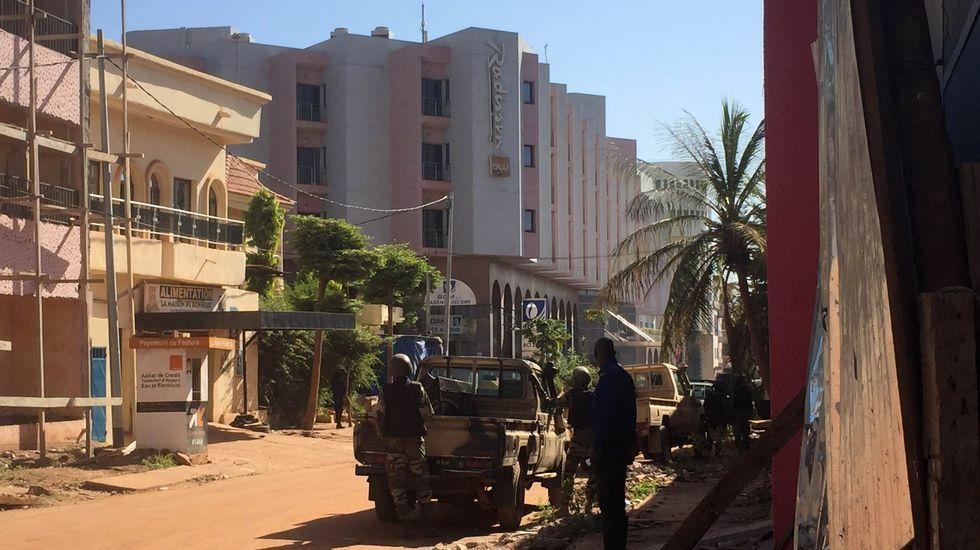 Soldados de Mali, en el exterior del hotel Radisson, tomado por yihadistas