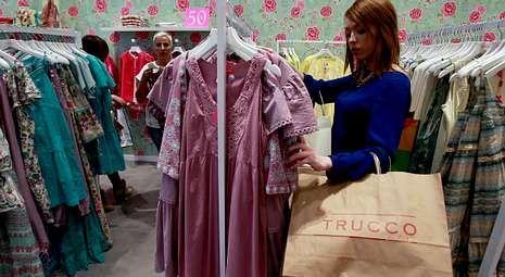 Madrid Fashion Week abre sus puertas.Lucía Marcote, de compras en una de las tiendas del centro comercial.