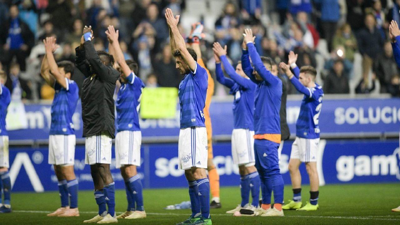 Los jugadores del Oviedo aplauden a su afición