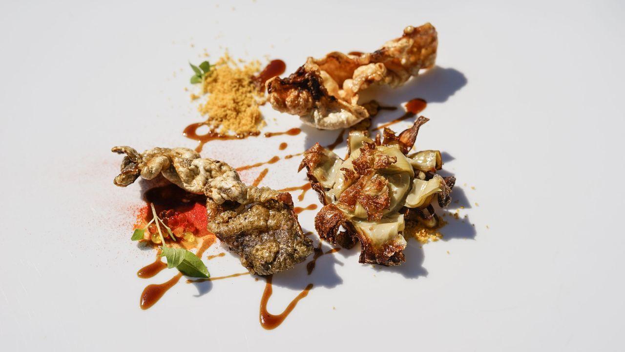 Rodaballo y alcachofa frita. Combinación de sabores. Miguel González dice que cocina en base a sus recuerdos, por tanto su comida se convierte en un viaje a través de la memoria del chef. Aquí un plato a base de crujientes de rodaballo y alcachofa en base de maíz, salpicado con un jugo de ternera estofada.