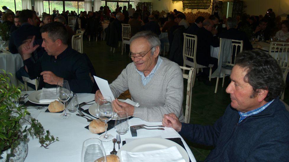 Eladio Martínez (en el centro), de la bodega Anzio, junto al enólogo Pablo Vidal